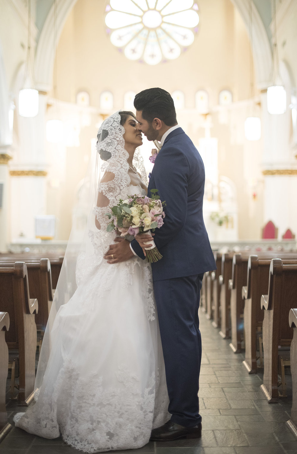 Houston-catholic-mexican-church-wedding-photographer-classy