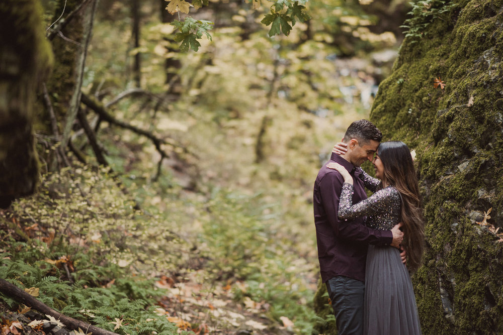 oregon-starvation-creek-park-waterfall-adventure-engagement-photographer