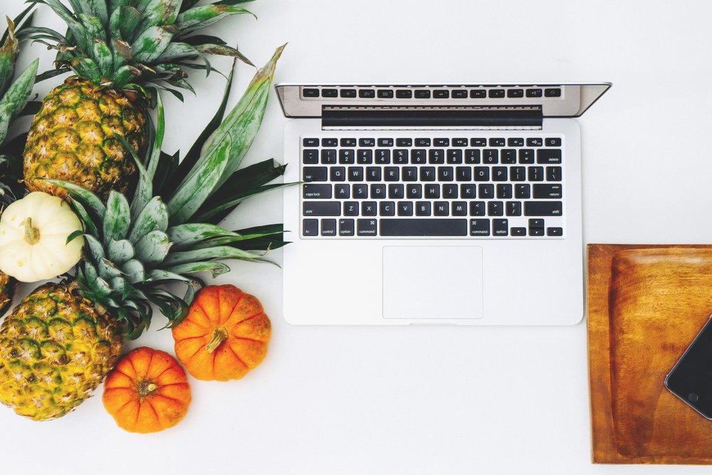 ordenador con fruta.jpg