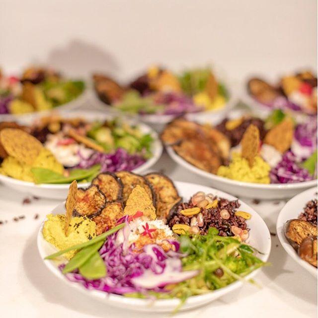 Comer en bol, es muy práctico y creativo visualmente. La variedad de color y sabor en el plato estimula nuestra apetencia y digestión. Y en un solo plato tienes todos los nutrientes que necesitas. Ready and Go!! Pero siempre recordando que hay que masticar y comer despacio. 🥣. ⠀⠀⠀⠀⠀⠀⠀⠀⠀ Tal vez por eso se están poniendo de moda los Budha Bowls. ⠀⠀⠀⠀⠀⠀⠀⠀⠀ Éstos en concreto son los que elaboré con mucho amor con @anjalinachugani_soulspices para el evento #spicyalegria La foto es de la talentosa @sara_larsson_photo 📸⠀⠀⠀⠀⠀⠀⠀⠀⠀ Y lleva: -Berengenas al curry -Arroz negro con espècias y cacahuetes -Verduras crudis maceradas -Hummun de lentejas -Chutney de Coco -Cracker de harina de garbanzos ⠀⠀⠀⠀⠀⠀⠀⠀⠀ ⠀⠀⠀⠀⠀⠀⠀⠀⠀ Un festival para los sentidos ⠀⠀⠀⠀⠀⠀⠀⠀⠀ #spicyalegria @supermercadosveritas @appetite_and_other_stories