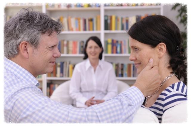 Muchas personas con un matrimonio sólido y estable, eligen buscar el asesoramiento de un terapista para mejorar aún más su relación