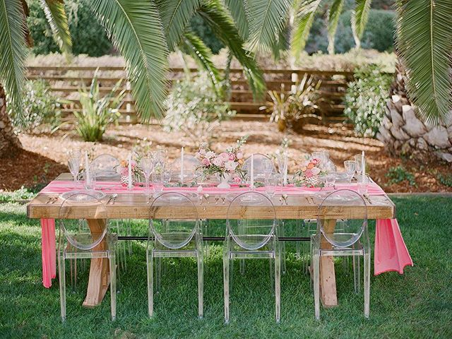 { Monday Inspo } Starting the week off with a #tropical #wedding inspiration from @partycrushstudio 💖 How trendy and amazing to use ghost chairs with a touch of #pink for your table setting?! Very unexpected and totally amazing! #weddingstyle #juleechic ……………………………………………………………………………. 📸 @radostina.photography @79ideas // design & linens @partycrushsutdio // 💐 @cassia.foret // 📍 @lighthousegcm // rentals @thechiavariguys