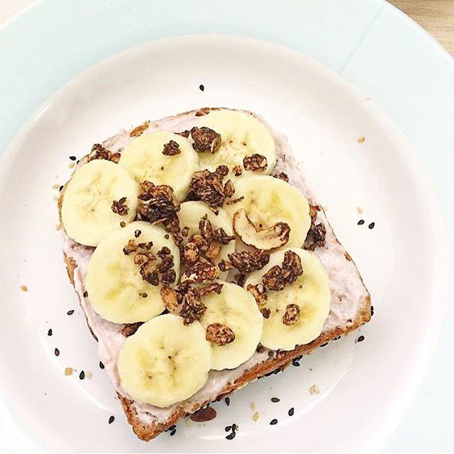 ลองมาใช้ innocentcow กรีกโยเกิร์ตคลีนๆ ป้ายขนมปังแทนแยมหวานๆ หรือเนยมันๆ ดูนะครับ! . แค่ทา innocentcow กรีกโยเกิร์ต (ในรูปเป็นรส strawberry overnight oats) ไขมัน 0% แคลอรี่ต่ำ บนขนมปังดีๆ อร่อยๆ . แค่นี้ก็อิ่ม อร่อย เร็ว และไม่อ้วนด้วยครับบ 💪🏼🐮✨ หุ่นฟิต หุ่นเฟิร์ม พร้อมเที่ยวปลายปีแล้นนน . ขอบคุณรูปสวยๆ จากคุณ @healthymomo.mm มากๆ นะครับสำหรับรูปสวยๆ 🐮🙏🏼🐮🙏🏼