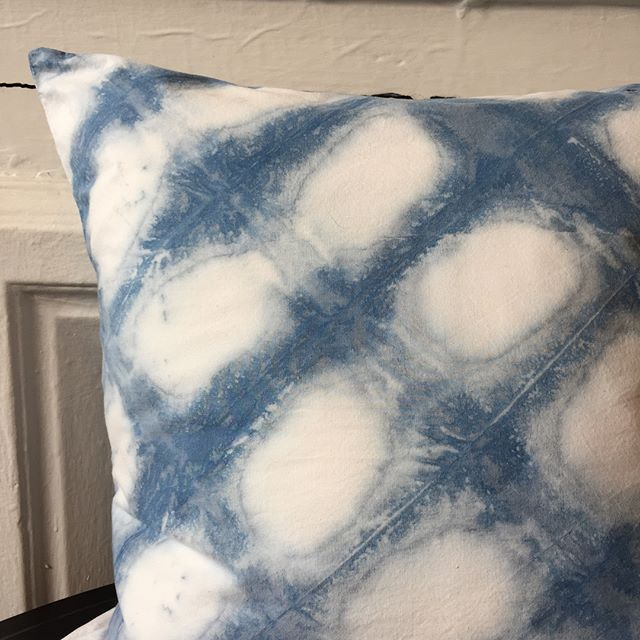 This itejame shibori pillow turned out amazing! I folded this one on the bias for a diagonal check. Learn to make your own pillow at my June 2 workshop @bkflea @industrycity location . . . #homedecor #onyxmatter #shibori #backtothecraft #handmade #handdyed #pillow #indigo #indigotiedye