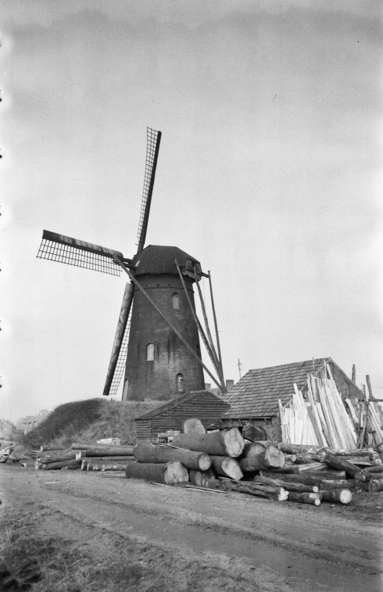 Ronde_stenen_beltmolen_schuin_van_achteren_gefotografeerd_-_Deurne_-_20053791_-_RCE.jpg
