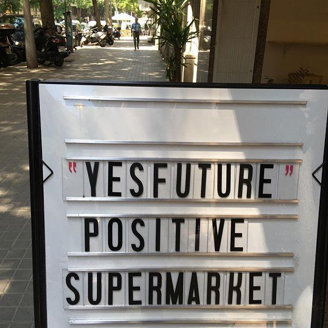 That's the attitude, so lovely guys #fuckplastic #re-all #yesfuture #barcelona #thephoneisback #damn si, mi barri es re hipster, pero esto mola :)