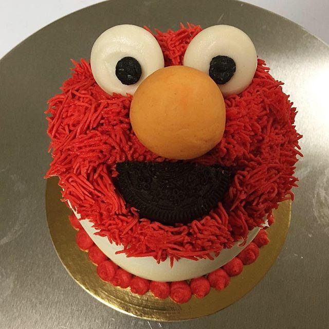 Smash cake and cupcakes featuring the cutest little red furry monster! 😋 . . . #vegan #vegancake #vegandessert #veganbaking #harlowsvegancupcakes #dairyfree #crueltyfree #whatveganseat #plantbased #vegansofig #veganfoodshare #vegantreats