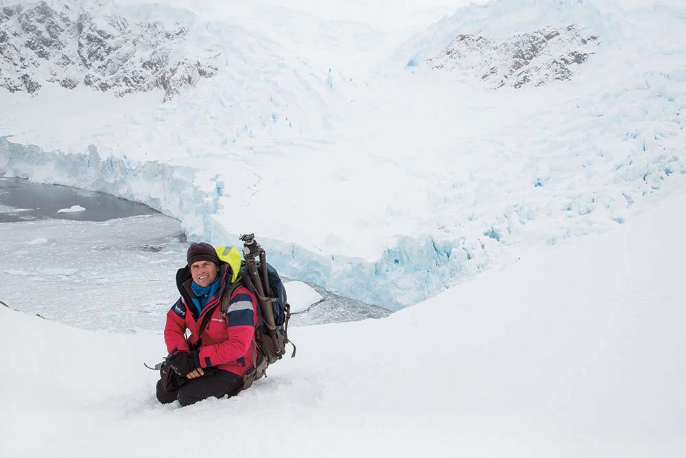 Дэвид в гавани Неко на Антарктическом полуострове