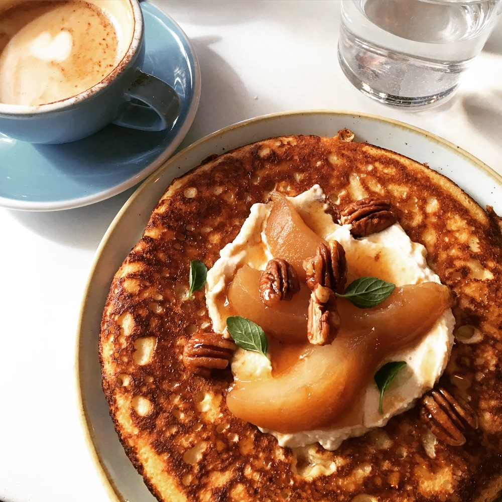 Ricotta hotcakes with pear