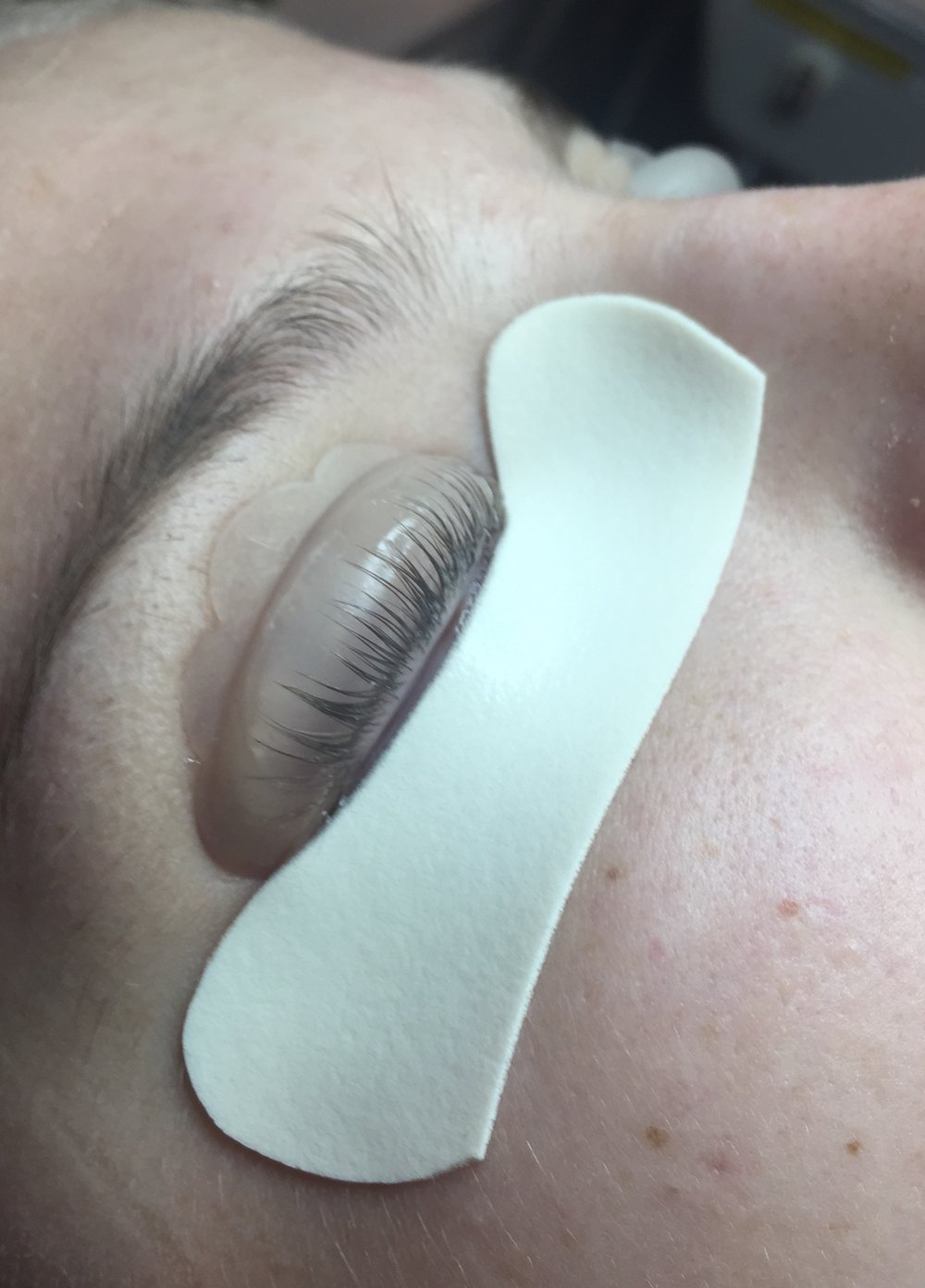 The lower lashes are protected by the foam tape and the upper lashes have been adhered to the silicon shield. After processing, this is the shape they will take!