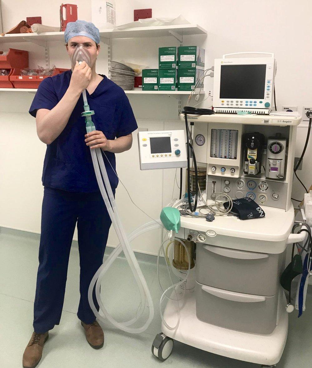 Denne typen maskiner bruker anestesileger til å gi deg inhalerte gasser som blir tatt opp i blodet fra lungene og ført opp til hjernen. Der kobler molekylene i gassen seg til ulike reseptorer på nevronene, og dette signaliserer til nevronene at de skal begynne rytmen man måler som saktebølger. Foto: Lara Prisco