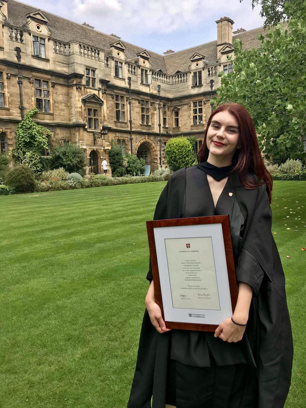 Aisha på graduation i Cambridge, Juli 2018. Etter et år i Christie's fortsetter hun på en PhD til høsten. Foto: privat