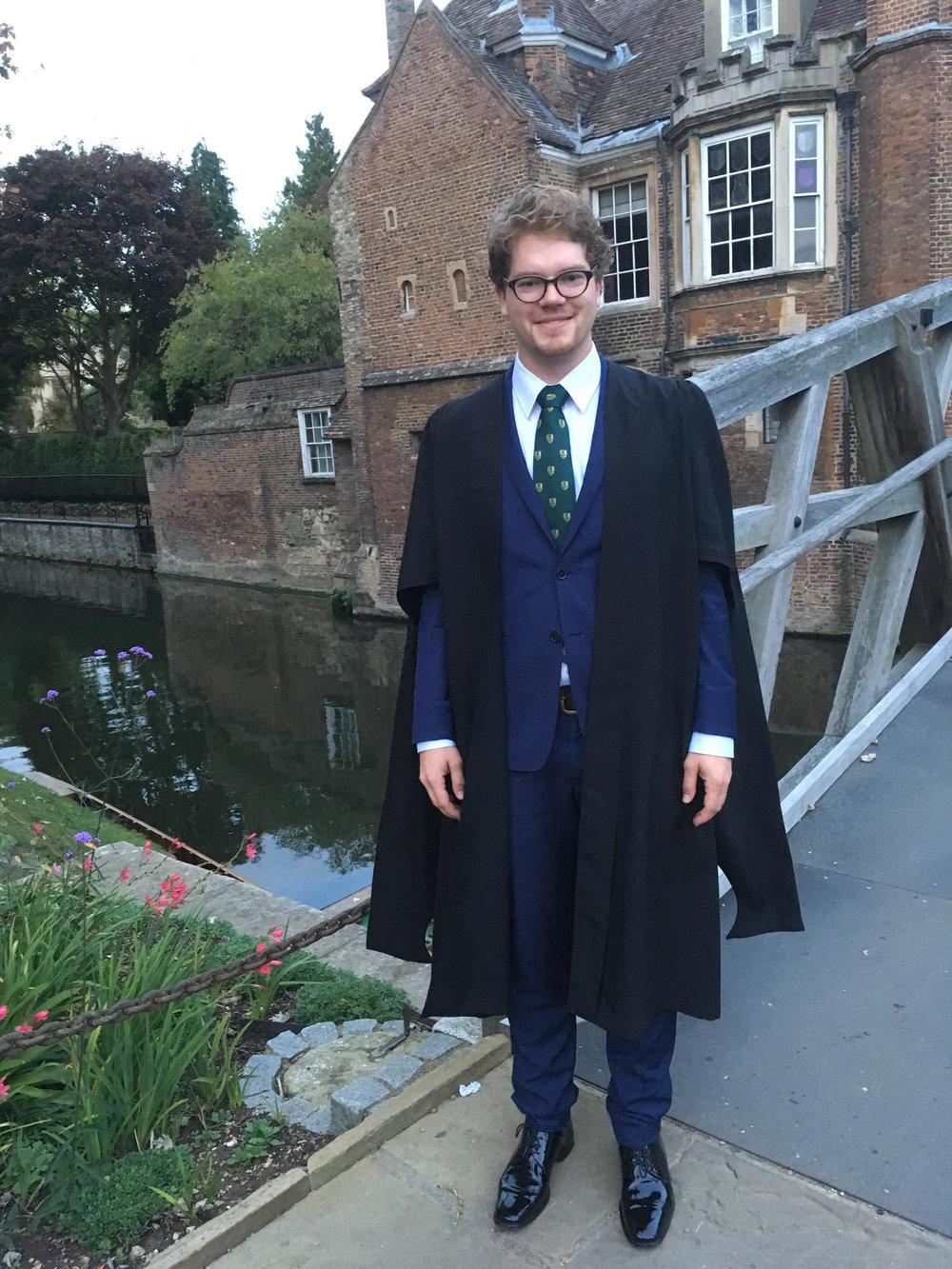 """Adrian på campus på vei til formal dinner - ikledd """"gown"""" . Foto: Privat"""