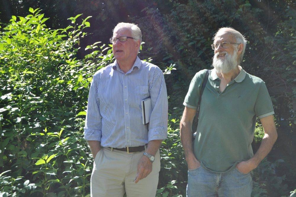 Begeistret: Historiker Kjell Hødnebø og havforsker Stephen Barstow ser for seg et spiselig paradis med kulturhistoriske innslag i prestegårdshagen.