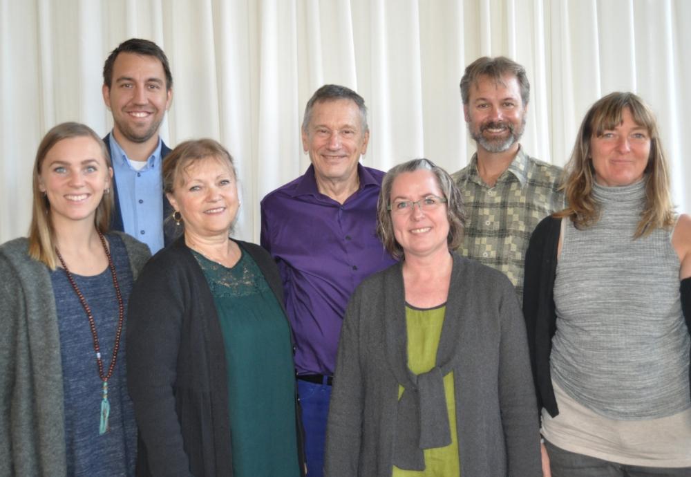 Inspirert:  Ida Falchenberg, Philip Espensen, Ingvild Forbord (til venstre), Patrik Swanstrøm og Ina Thiis (til høyre) har kommet fra Hurdal for å møte professor Jack Miller og Carina Harsund (i midten) på Litteraturhuset.