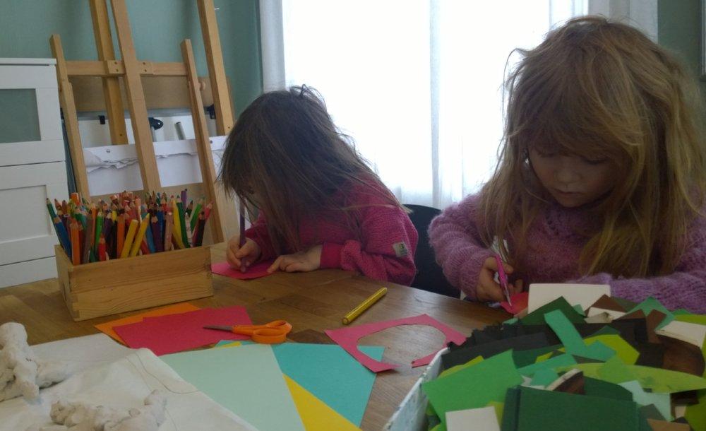 Fargeglade: Ildsjeler i Økolandsbyen har lagt til rette for at barn og voksne kan slå hjul i egen kreativitet.