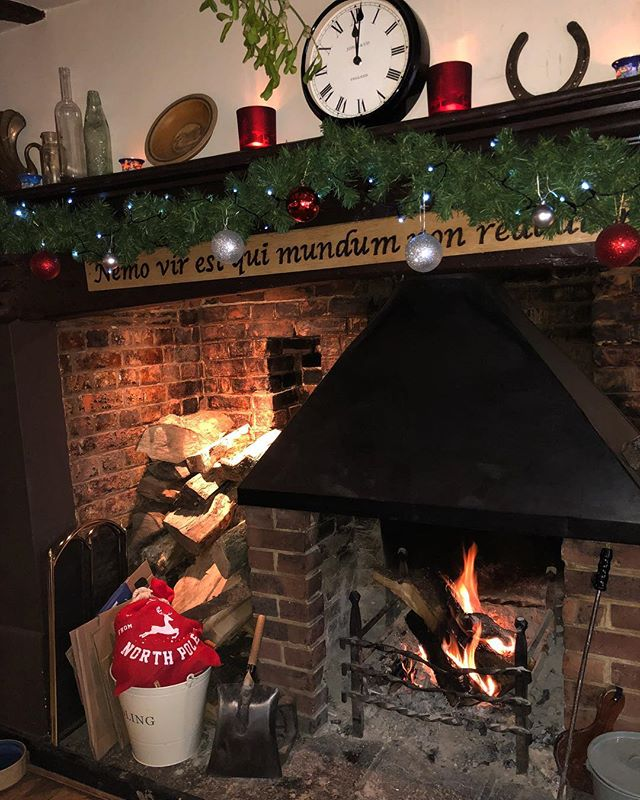 Come and escape the cold next to our cosy fire 🎄❄️ #countrypub #winchester