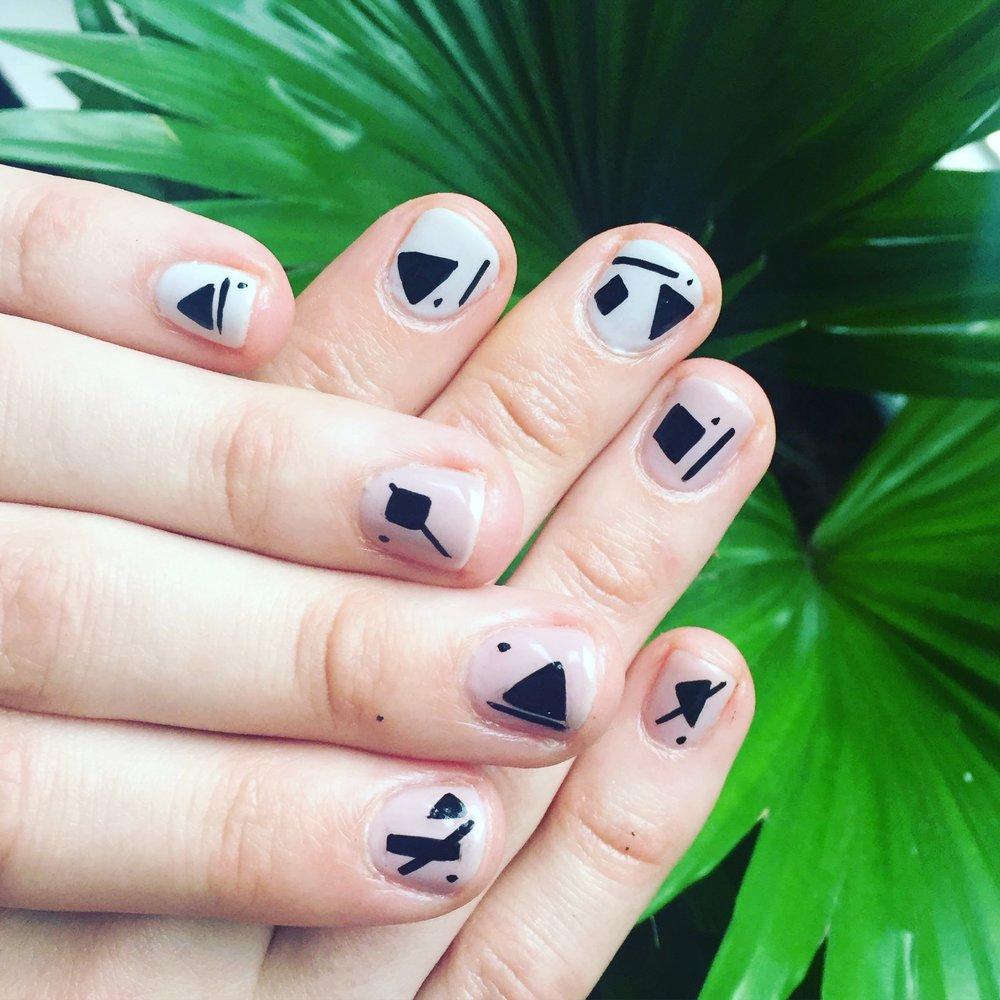 Shellac minimal nail art
