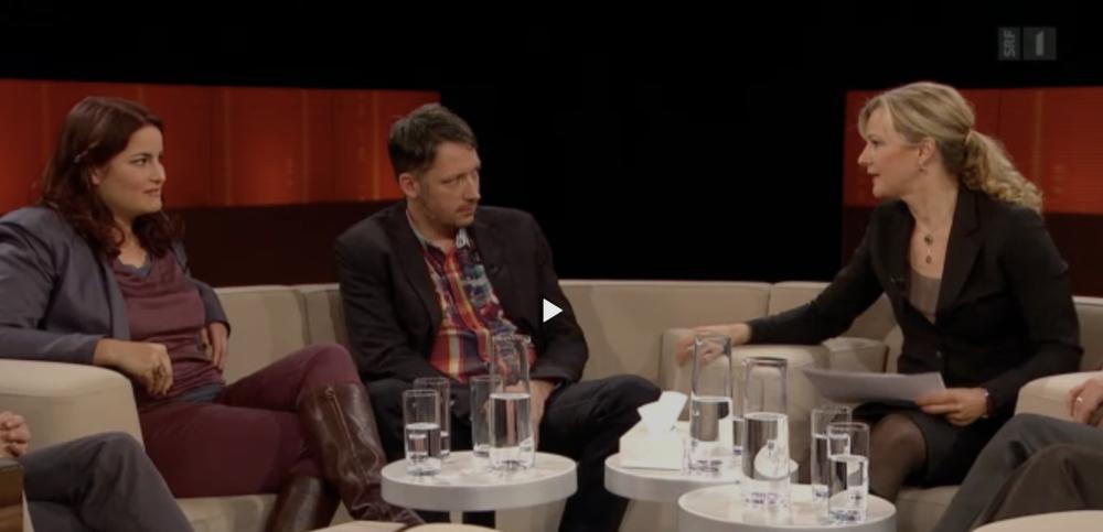 Vivianne Vinzens (Ehemalige Betroffene und Partnerin von Simon Hofer), Simon Hofer (Werber, Autor und ehemaliger Betroffener ) und Karin Frei (Schweizer Fernsehen)
