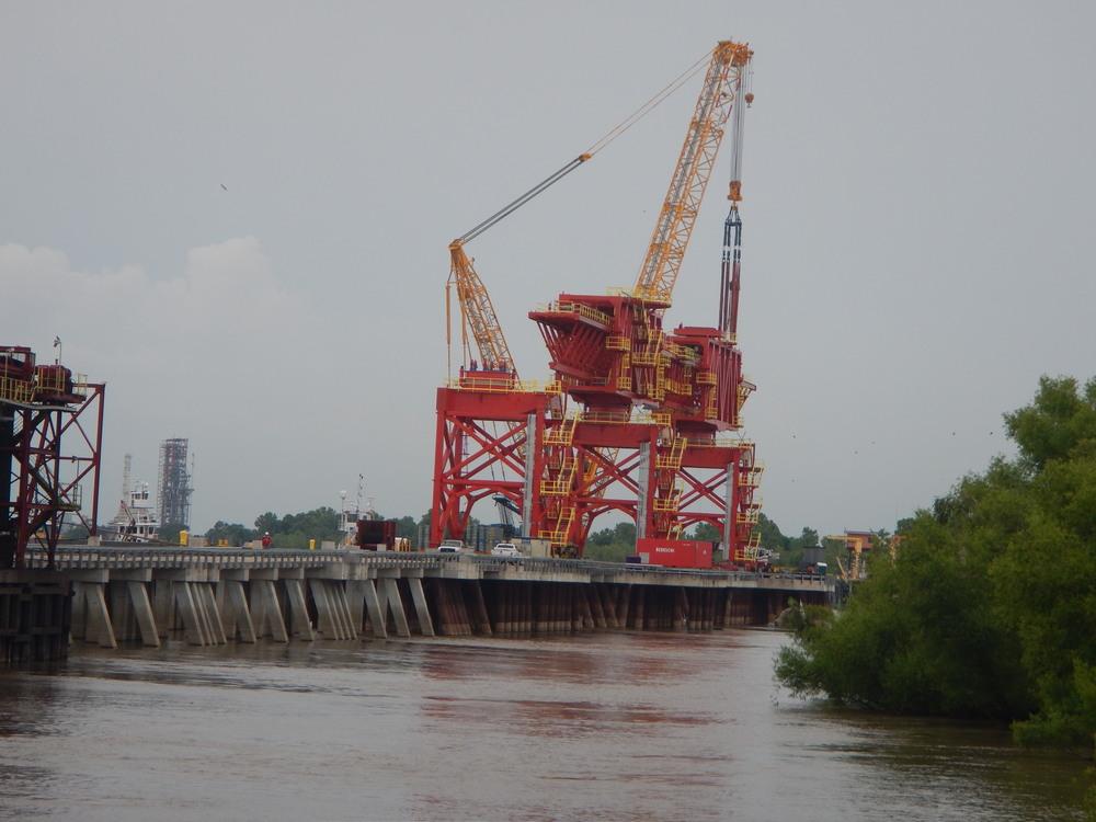 Mississippi River shiploader installation.