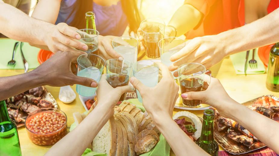 PIQUE NIQUE - Raus ins Freie:Sonne, Luft und Leckereien genießen. Auf Decken und Pölstern sitzen, plaudern und sich von den Picknick-Köstlichkeiten überraschen lassen.Freuen Sie sich auf herzhafte Salate, scharfe Hendlhaxerl, eingelegte Eier, kleine Sandwiches, saftige Früchte, Kirsch-Küchlein und natürlich genügend zu Trinken.Überraschend ist nicht nur, was wir aus dem Picknickkorb zaubern, sondern auch,welche Plätze wir für Sie auf Lager haben.