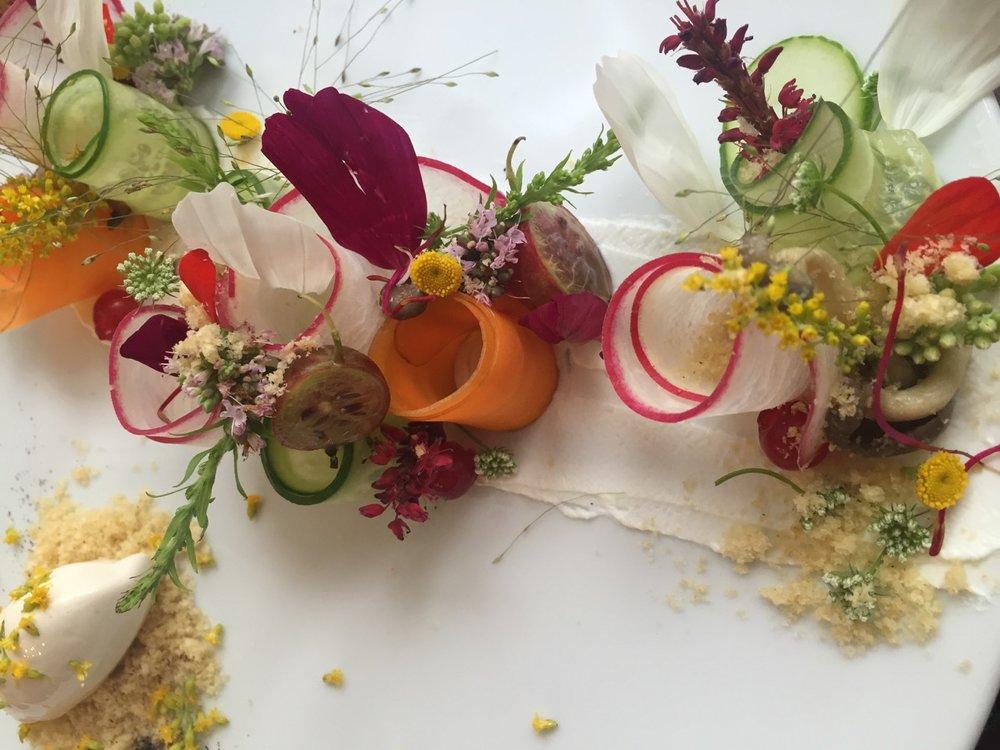 BLÜTEN ZUM ANBEISSEN - Die volle kulinarische Beglückung sind Blüten!Rauschende Farben, betörender Duft und der Geschmack- alles auf einmal:ein Traum!Pelargonien-Plätzchen, geröstete Paprika mit Süßdolden, Gebirgsnelken-Nektarinen-Salat, frittierte Zucchiniblüten, Erdbeersuppe mit Borretschblüten, geschmortes Huhn mit Lavendel.Der glatte Wahnsinn!Und das zusätzlich reizvolle an der Blütenküche ist, dass immer nur auf den Teller kommt, was gerade blüht. Wer kann schon sagen wann genau im heurigen Jahr die Akazien für's Tempura in voller Blüten stehn?