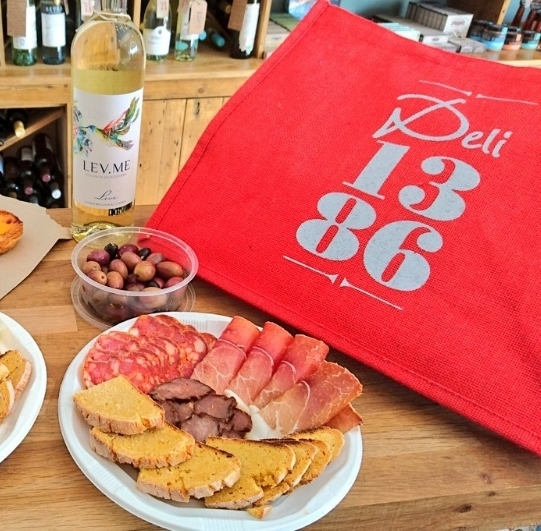 1386 picnics are packed in a handy, jute bag