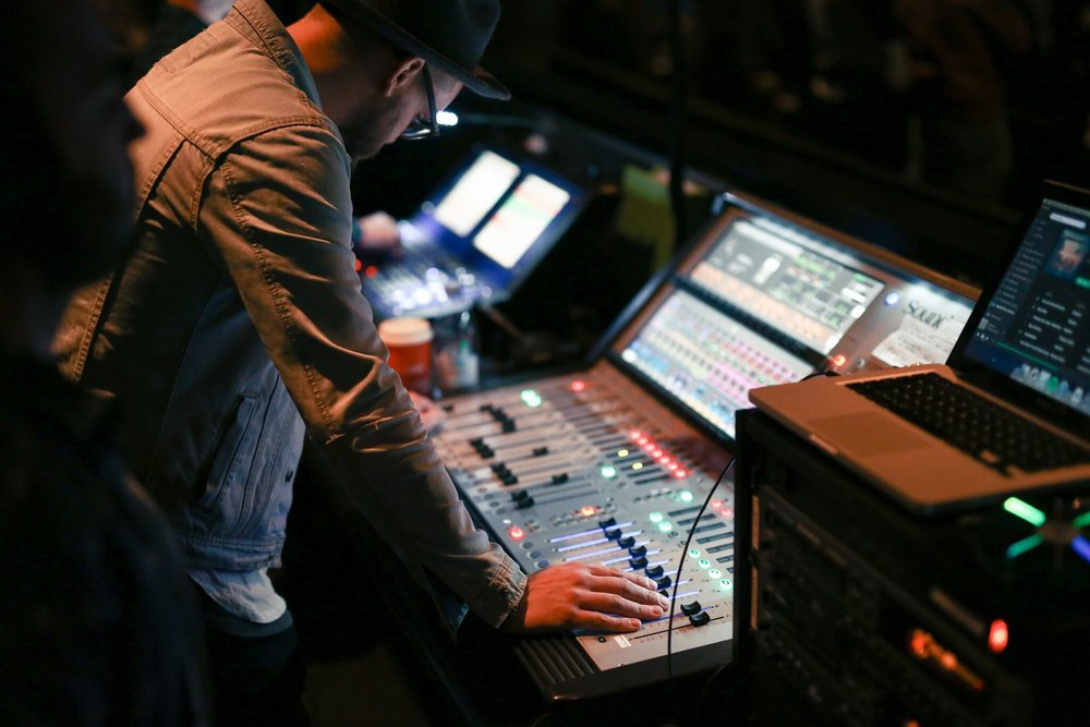 TECH & GRAPHICS - SOUND ENGINEERS + LYRIC OPERATORS + LIVE STREAM TECH + CAMERA OPERATORS