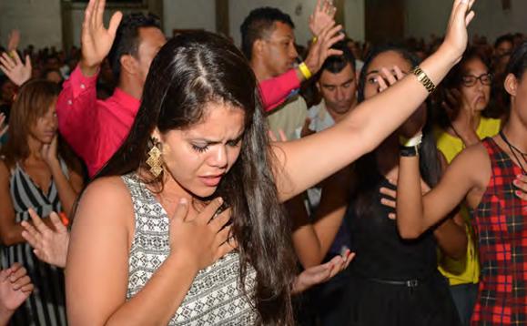 En cada evento, cientos pasaron al frente en fe recibiendo el poderoso toque de Jesus.