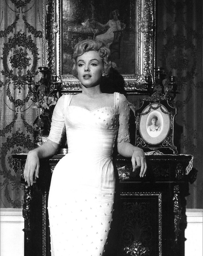 800px-Marilyn_Monroe,_The_Prince_and_the_Showgirl,_1.jpg