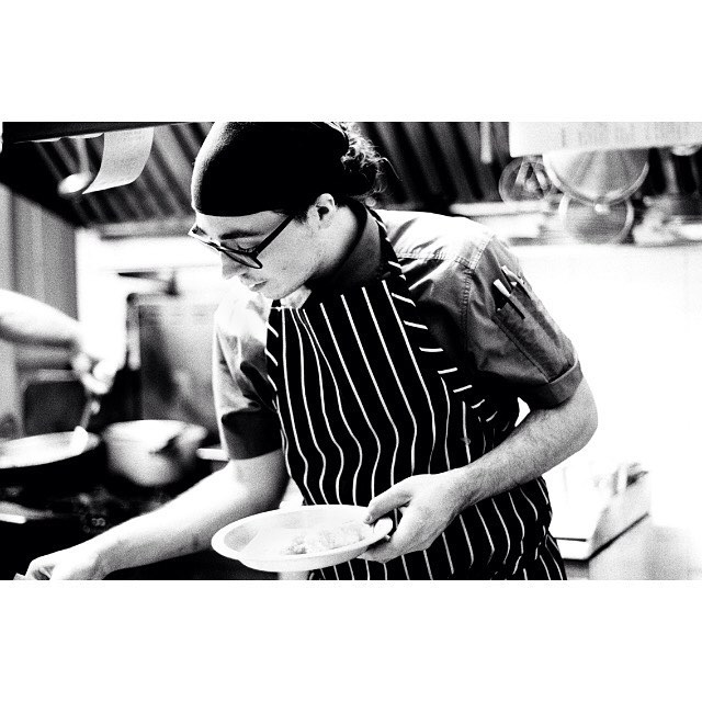 Notre chef de jour Alexis @moreaumorin se prépare pour une grosse semaine. Laissez votre lunch à la maison. On vous attend demain dès 11 h 30! // Our day chef Alexis @moreaumorin is getting ready for a busy week! Leave your lunch at home and come eat with us tomorrow as soon as 11:30 am! #chroniquedunepetitemaison #petitemaisonmtl #restomtl #mtl #mileend
