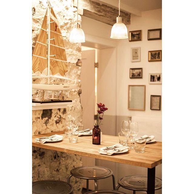 Notre section bar est parfaite pour un repas sans chichi à la sauvette! // Our bar is the perfect place to enjoy a quick, no-fuss meal! #petitemaisonmtl #restomtl #mtl #mileend