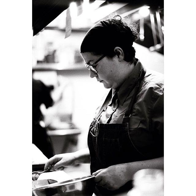 Notre chef @mariepiermorinchef est toujours équipée pour veiller tard. Découvrez le deal du siècle : menu 21 h/21$ dès demain !// Our chef @mariepiermorinchef is a night owl! Discover the deal of the century: $21 menu after 9 pm starting tomorrow! #petitemaisonmtl #restomtl #mtl #mileend #chefdanssacuisine
