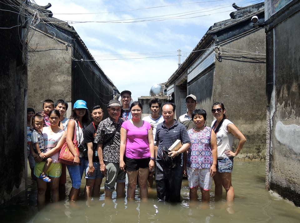 Rooters, leaders, and villagers braving flooded parts