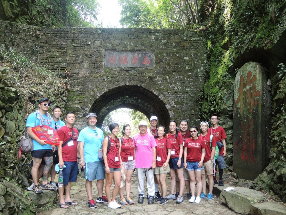 The 2016 Roots interns and leaders at the Meiling 梅嶺 Pass in Nanxiong 南雄