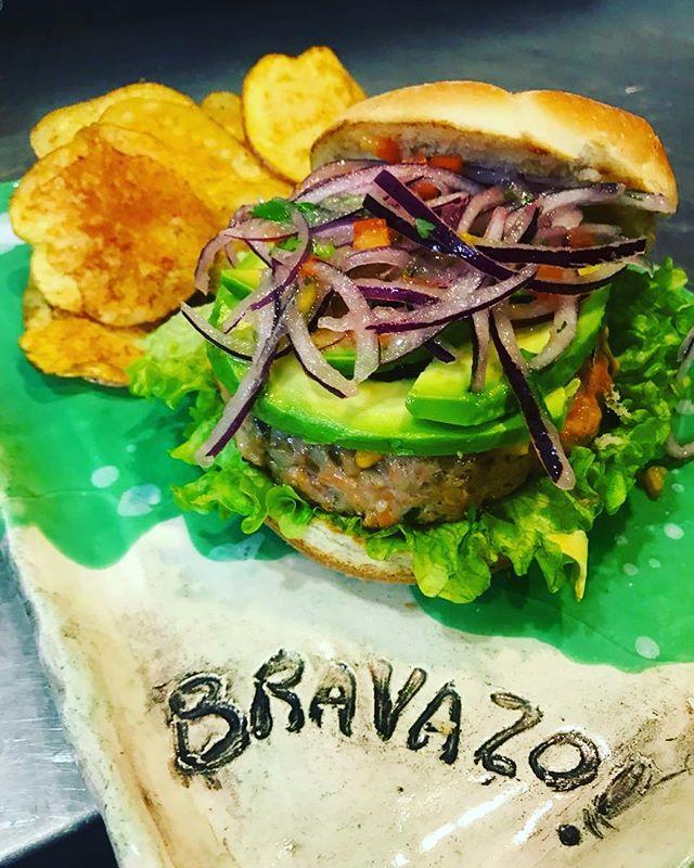 Bravazo, descripción gráfica 🍔🔥 Lo que se viene en #LaCausa incluye esta hamburguesa de Salmón pero no puedo contar mas nada chau ( 📸 foto del magnífico @delacruzdangelo ) #lacausanikkei #seviene #CocinaNikkei #bravazo #burger #hamburguesas #salmon