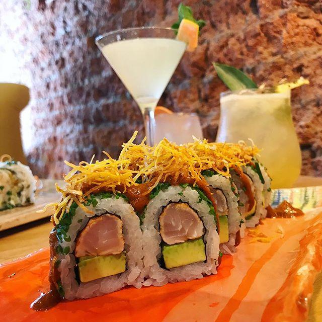 Nuevo Roll Anticuchero🔥 Lenguado marinado en salsa anticuhera y palta, enrollado con verdeo, la salsa anticuchera de la casa y batatas fritas... machito el roll eh 👉 A partir de mañana en #LaCausa ✨🔥