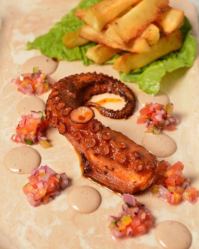 Causitas, tenemos un nuevo piqueo 💫 Pulpo Anticuchero 💫 A empezar la comida en #lacausa con su Pulpo marinado con crema de olivo acompañado de mandioca frita 🔥 #piqueoscauseños #unitealacausa #foodiegram #baba #nikkei