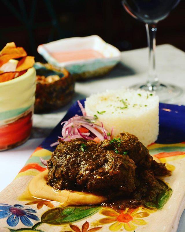 Bueno, bonito y bravazo 🔥🔥 Nuestro seco de cordero ahora viene sobre un colchón de puré de frijoles pa chuparse los dedos 🤤✨ #unitealacausa #peruano #cordero #nikkei #frijoleros #foodiesBa