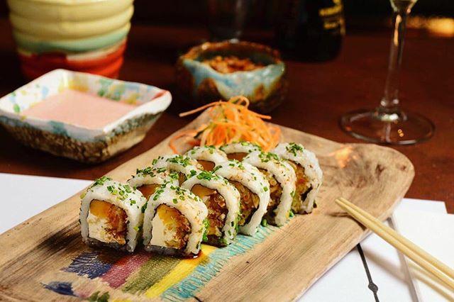 Sushi Nikkei veggie 🌶🍣🥑 Se suma a nuestra carta este nuevo roll bien buenazo y vegetariano. El roll Yasai trae verduras en tempura, queso Philadelphia, batata glaseada y ciboulette 🙌🙌 #unitealacausa #nuevacarta#veggie #veggiefriendly #peruanoyvegano