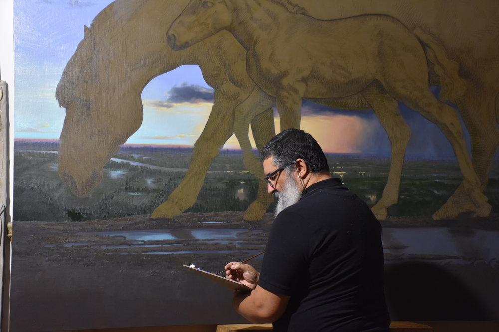 Rodolfo Papa mentre dipinge nel suo studio