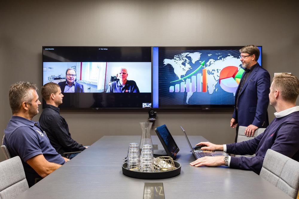 ITM Skype Business Room System för en bättre mötesupplevelse   Med Skype for Business kan du kommunicera med vem som helst, var som helst. Då Skype for Business ingår i Windows Officepaket är det ett kostnadseffektivt och kraftfullt verktyg för samarbete. Många av oss känner till Skype sedan förut och vet hur lätt det är att kommunicera med ljud, bild, chat och datadelning. Däremot har det ofta varit ett problem att få det att fungera bra i våra mötesrum.                        Skype Room System eller SRS är Microsofts lösning på hur du får detta att fungera på ett enkelt och kraftfullt sätt i dina mötesrum. I kombination med Logitechs Smartdock, kameror och mikrofoner får du en heltäckande lösning som gör att du med en enda knapptryckning kan starta upp mötet med bra ljud och bild.