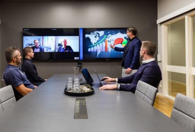 Styrelserum:  Smartdock är placerad centralt i rummet och tänds upp när du kommer in. Dubbla skärmar där inkommande videobild visas på en skärm och datadelningen visas på en. Takmikrofon kopplat till en ljudmixer för optimalt ljud. Högtalare infällda i taket. Styrsystem monterat på vägg för mörkläggning och ljusstyrning.