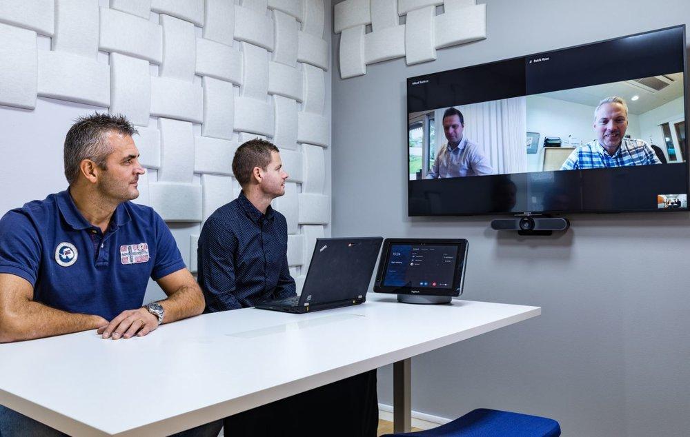 Projektrum:  En skärm där datadelningen och videobilden visas samtidigt.Kamera med bra vidvinkel så att alla syns i bild. Ljudabsorbenter på väggen för att dämpa ljudet i rummet.