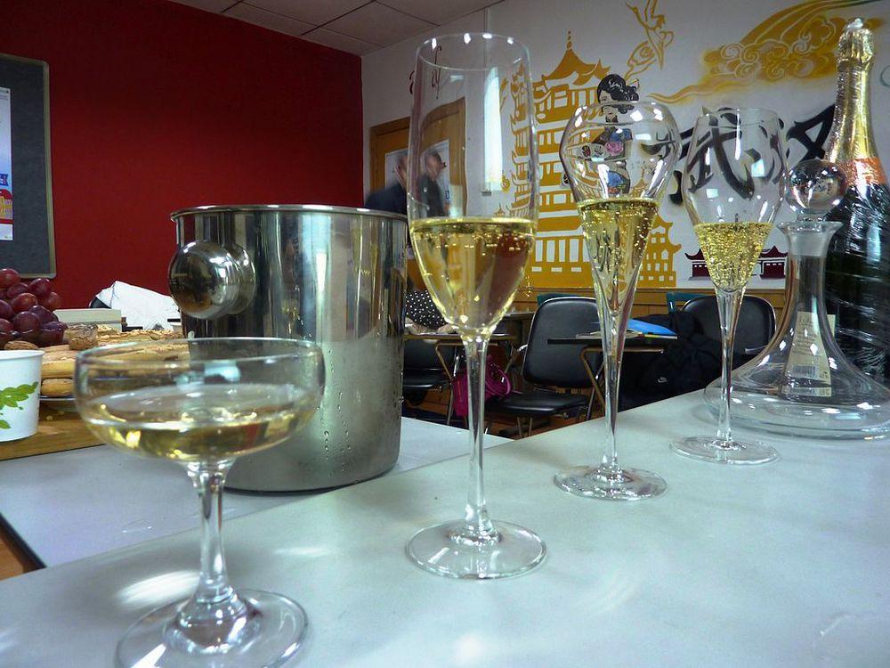 champagne avnjutes i breda glas (coupe) eller smala glas (flûte). foto: Alliance française de Wuhan