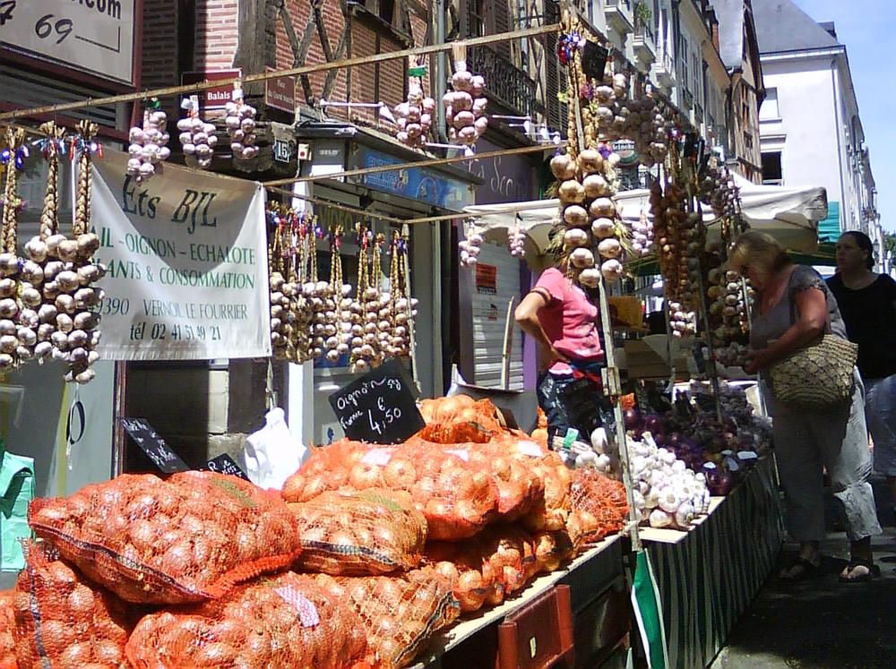 tours, marknad för lök och basilika. foto lvt.