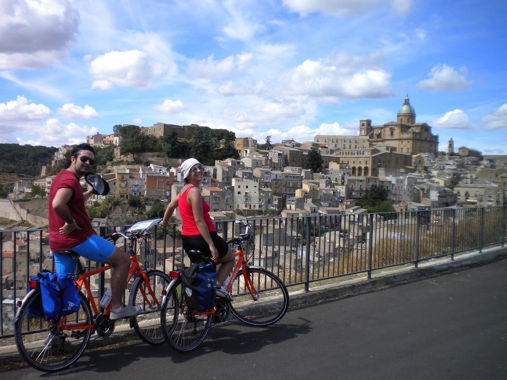 glada cyklister.