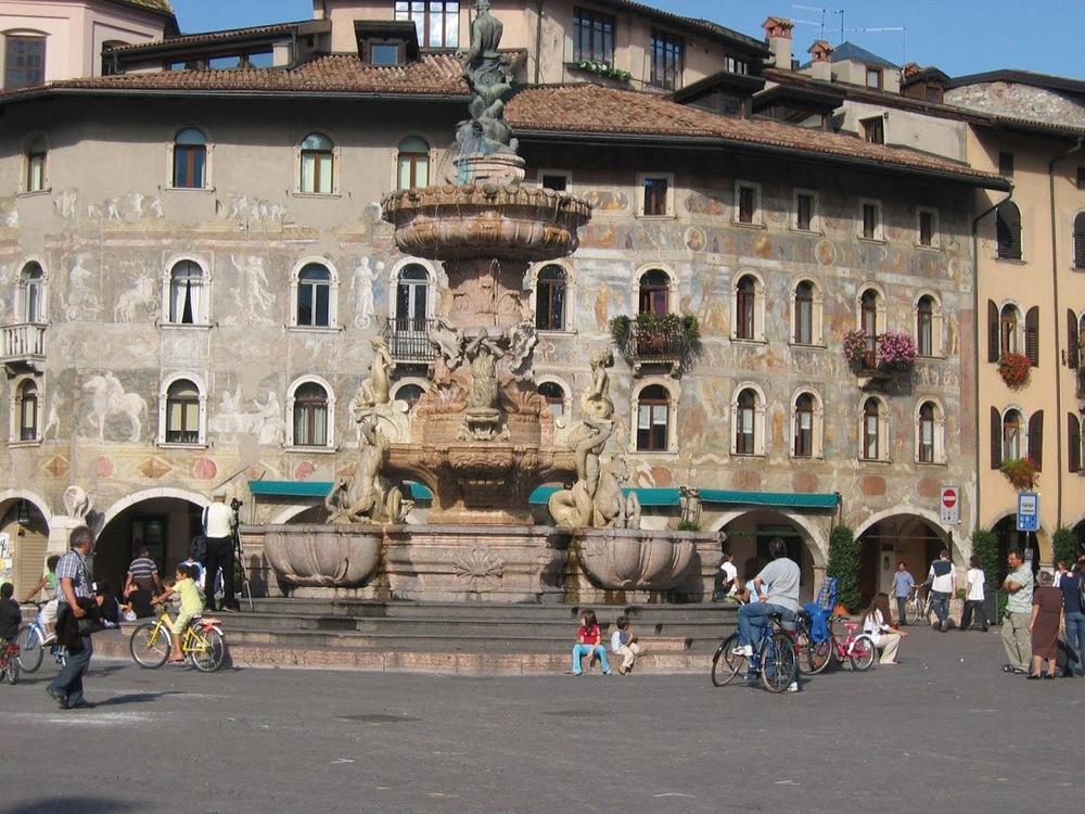 Trento, målade husfasader.