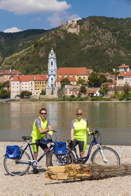 cyklister fram kyrkan i dürnstein.