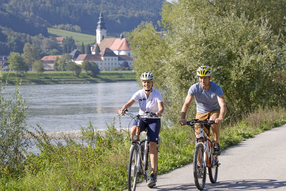 cykelvägen går på båda sidor om donau.